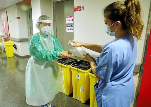 Proteger a los sanitarios, una prioridad. Los profesionales del sistema sanitario serán el segundo gran grupo en inmunizarse durante esta primera etapa de vacunación y se empezará, según el Ministerio, por aquellos que trabajan en primera línea contra la COVID-19.