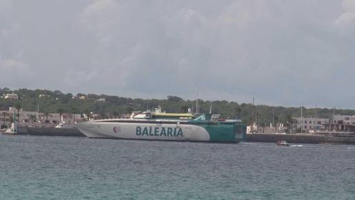 Una de las embarcaciones que unen Formentera con Ibiza.