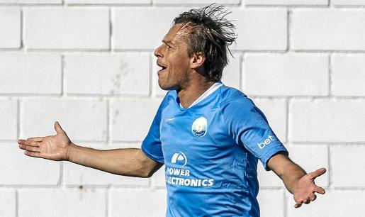 Javi Lara celebra el gol de falta que marcó contra el Valencia Mestalla el fin de semana.