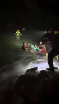 Los inmigrantes rescatados son traidos a la costa.