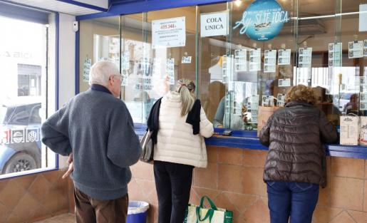 Varias personas hacen cola en las inmediaciones de una administración de Ibiza el año pasado.