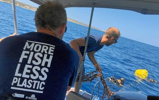 La conservación marina y la eliminación de plásticos ha sido uno de sus proyectos principales, financiando incluso la compra de una barca.