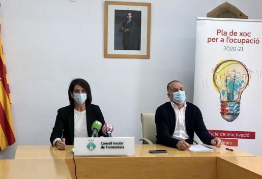 Ana Juan y Llorenç Pou, ayer, durate la presentación del 'Pla de xoc'.