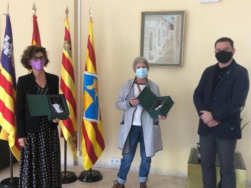 De izquierda a derecha, Sara Santacruz, Pilar Ferrero y Enrique Sánchez, ayer, en la entrega de las distinciones.