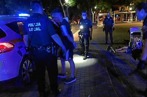 Policías locales de Vila detienen a tres implicados en una agresión.