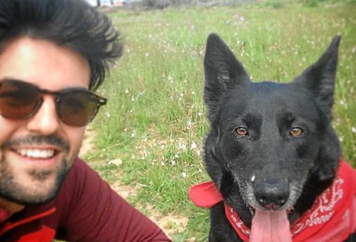 Adrián junto a su perra 'Mika', la causa de la sanción ahora anulada.