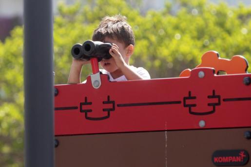 Un niño juega en un parque de Ibiza, en una imagen de archivo.