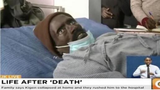 El hombre profirió un grito de dolor cuando el empleado de la funeraria le hizo una incisión para inyectar formaldehído.