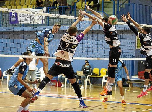 Makïnen ejecuta un remate durante el partido contra el Río Duero.