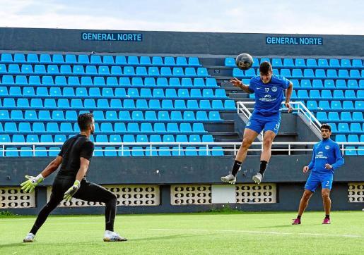Sergio Castel remata de cabeza en una acción del entrenamiento de ayer en el estadio de Can Misses.