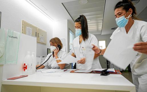 La jornada en Ca na Majora comienza con una reunión del equipo médico y de enfermería, donde se detallan las incidencias de los ingresados y se revisan las analíticas y pruebas PCR. A continuación, visitan a los pacientes y comunican su estado a la familia o les ponen en contando mediante videollamada.