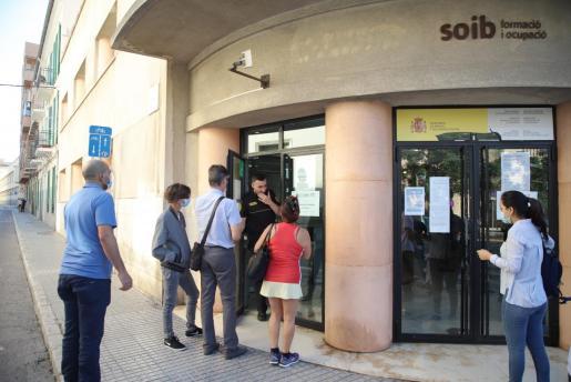 Las solicitudes por desempleo registradas en el SEPE en octubre se multiplican por ocho respecto a un año antes.
