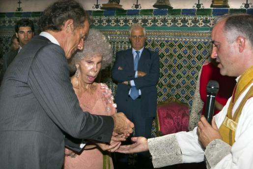 La duquesa de Alba, Cayetana Fitz-James Stuart, y Alfonso Díez Carabantes, en el momento de contraer matrimonio hace ahora un año.