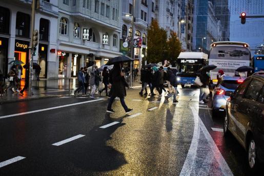 Transeúntes caminan por Gran Vía, cerca de una zona comercial de la calle de Preciados, en Madrid.