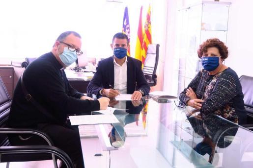Marcos Serra firma la amplíción de la ayuda a Cáritas Sant Antoni con un nuevo convenio para hacer frente al Covid-19.