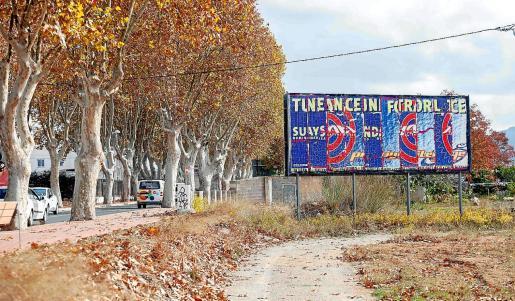 Soporte publicitario en una carretera de Ibiza.