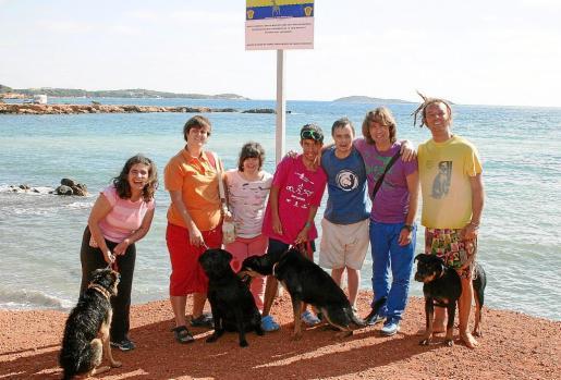 Algunos de los participantes de Aspanadif e Ibiza4Patas, junto a los perros que se bañaron en la playa. g Fotos: MANU GON