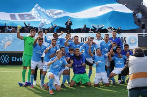 Los jugadores de la UD Ibiza celebran la victoria contra el Hércules al término del partido.