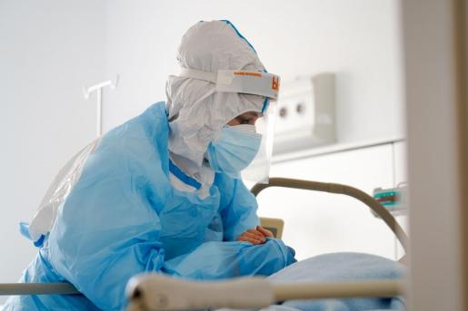 Personal sanitario atiende a un paciente con coronavirus en Ca na Majora.