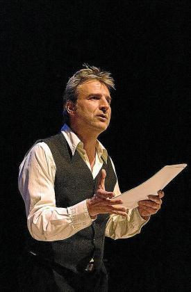 Alberto San Juan en un momento de la obra de teatro.