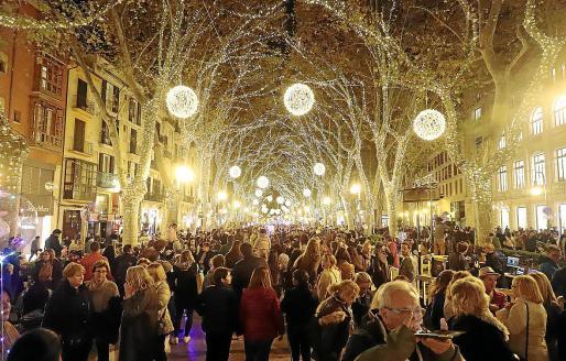 El Govern quiere evitar imágenes como ésta del año pasado, habitual en estas fechas como consecuencia de la aglomeración de ciudadanos para hacer las compras navideñas.