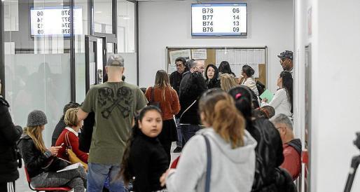 Colas de gente a la espera de ser atendidos en la nueva sede del SOIB.