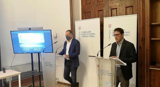 El conseller Iago Negueruela (derecha) dio ayer las cifras de paro y afiliaciones junto al director general de Modelo Económico y Empleo, Llorenç Pou.