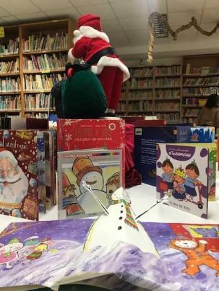 La biblioteca municipal de Can Ventosa acoge una exposición de cuentos y personajes de Navidad.