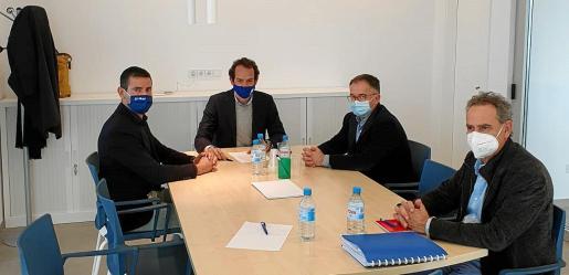 De izq. a dcha. Marcos Serra, Marc Pons, Josep Marí Ribas 'Agustinet' y Xavier Ramis, ayer, durante la reunión.