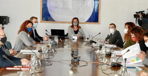 Reunión presidida por Armengol. El Govern reunió ayer a las entidades firmantes del pacto por la reactivación, en el que no están ni el PP ni Vox, algo muy criticado por los demás partidos.