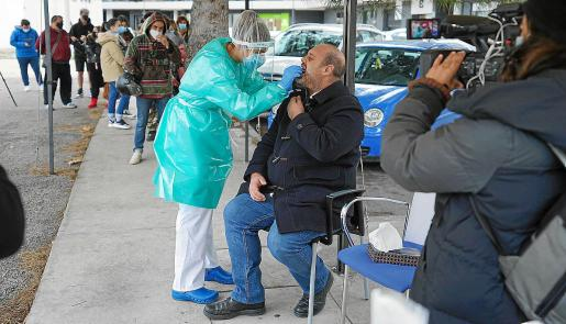 La directora médica de Atención Primaria de las Pitiusas, Violeta Vega, expresó ayer su satisfacción por el gran número de personas, sobre todos jóvenes, que han solicitado una prueba PCR para poder estar con sus familias en este puente de la Constitución.