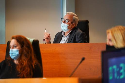 Vicent Torres durante una de sus intervenciones en el pleno de presupuestos del Consell.