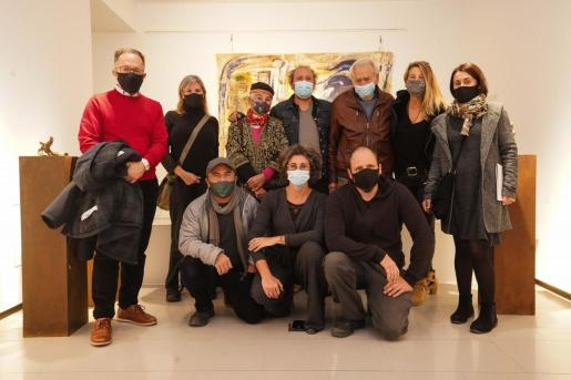 Artistas de la exposición con autoridades del Ayuntamiento de Sant Josep, el pasado viernes.