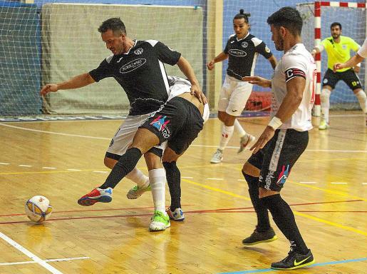 Sebas, del Harinus, protege el balón ante un jugador del CIC San Pablo.