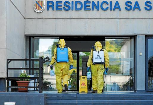 Dos operarios entrando en la Residencia Sa Serra para proceder a su desinfección el pasado 9 de septiembre.