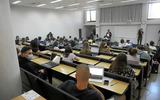 Los datos de la Universitat en rendimiento académico son inferiores a sus respectivas medias estatales, contrastando con sus altos niveles en investigación.