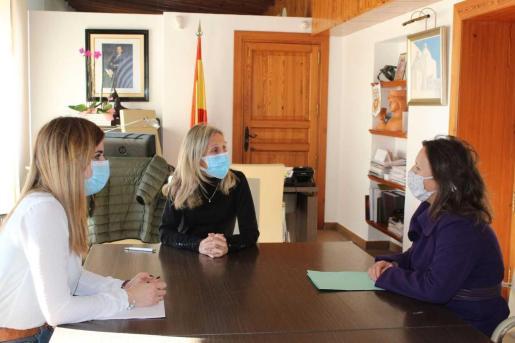 Carmen Ferrer firma la prórroga de la colaboración del Ayuntamiento de Santa Eulària con Mar Blava.