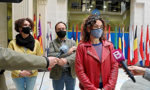 La consellera Rosario Sánchez, ayer, atendiendo a los medios de comunicación en Palma.