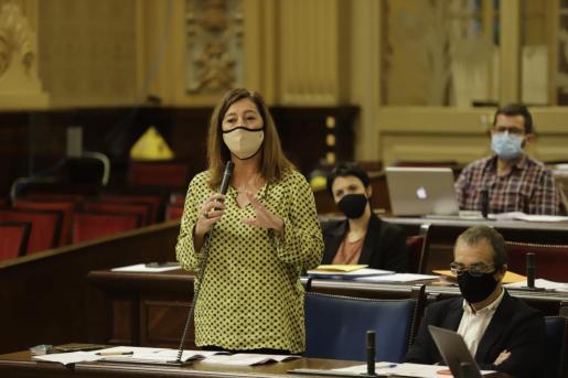 Imagen de archivo de una intervención de Armengol en el Parlament.