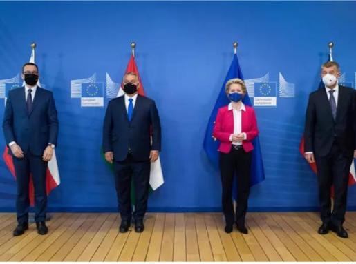 El primer ministro polaco Mateusz Morawiecki, el primer ministro húngaro Viktor Orban, la presidenta de la Comisión Europea Ursula von der Leyen y el primer ministro checo Andrej Babis.