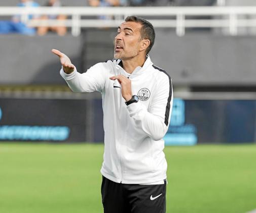 Juan Carlos Carcedo da instrucciones a sus jugadores durante el partido contra el Hércules.