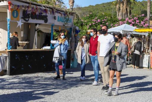 El mercadillo navideño de Las Dalias abrió ayer sus puertas por primera vez en el jardín, donde se concentran las propuestas artísticas, musicales y solidarias