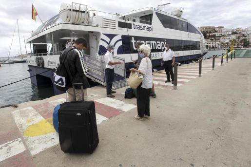 Turistas a punto de embarcar en el puerto de Vila rumbo a Formentera.