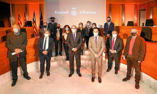 Los premiados y las autoridades, ayer, en el salón de plenos del Consell.