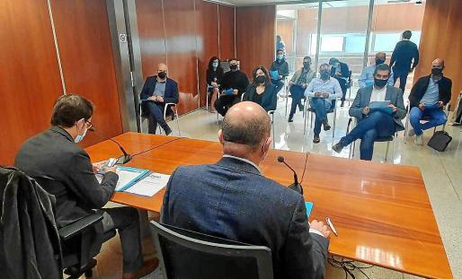 Representantes de la asociación Ocio de Ibiza acudieron ayer a la reunión con Vicent Marí y Iago Negueruela, de espaldas.