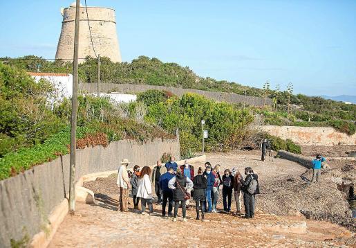 Políticos, técnicos, periodistas y vecinos, ayer, en la presentación de la plaza recién restaurada .