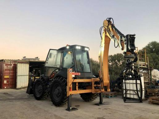 Nueva pala retroexcavadora para seleccionar los residuos del vertedero de Formentera.