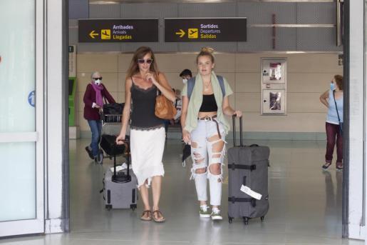 Pasajeros en la terminal del aeropuerto de Ibiza.