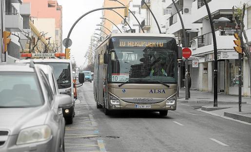 Unos de los autobuses del servicio de transporte público de Ibiza.