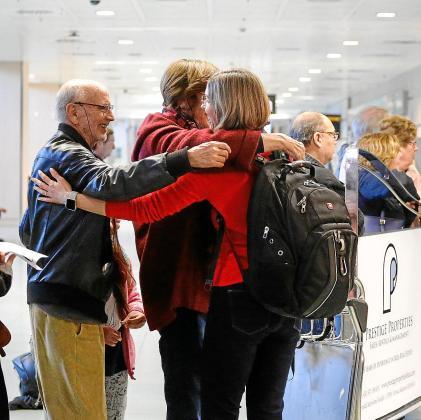 Los abrazos tendrán que esperar. Dicen que este año toca regalar salud y la mejor forma de hacerlo es posponer las visitas y los abrazos que cada Navidad se repiten en los aeropuertos. El Govern confía en que los test y los confinamientos perimetrales ayuden a contener la movilidad y la transmisión del virus.